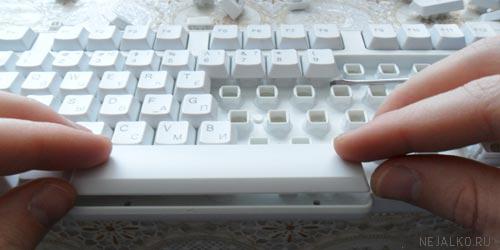Посадка клавиши в пазы клавиатуры